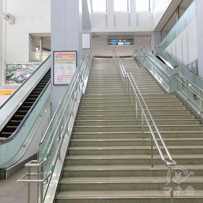 階段を挟んで、左右に上り下りのエスカレーターがあります。