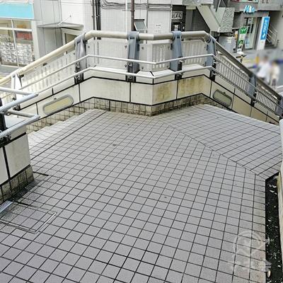 階段が二手に分かれたら左の階段を下りましょう。