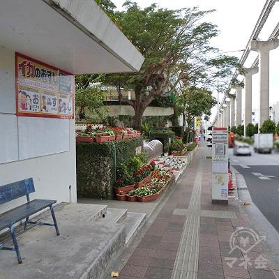 さらに50メートルほど進むと市立病院前のバス停、松島小学校の校門があります。