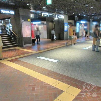 正面の左にある階段の右横の通路へ進みます。