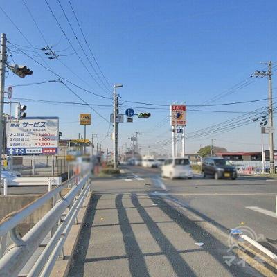 右手の国道24号線に沿って、忍海交差点方に進みます。