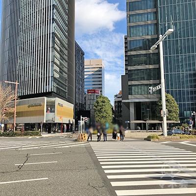 大通りの交差点がありますので、PRADA方向へ横断歩道を渡ります。