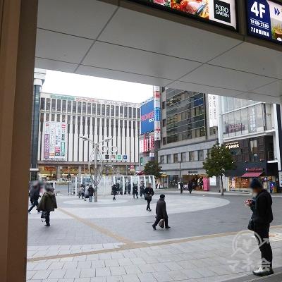 改札を出るとすぐ、駅前広場です。