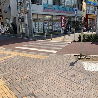 前方の横断歩道を渡ります。