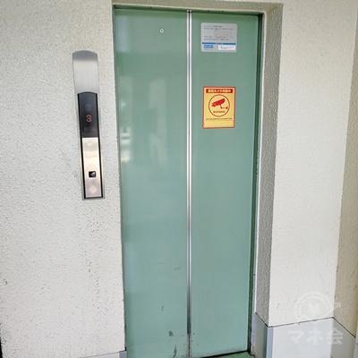 中に入りエレベーターで3階に行きましょう。