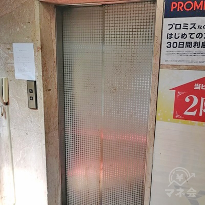 エレベーターで4階に行きましょう。