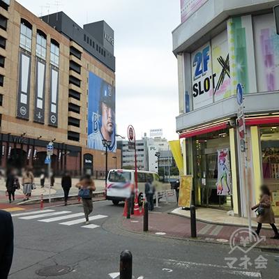 二本目の十字路、パチンコ店の角を右折します。