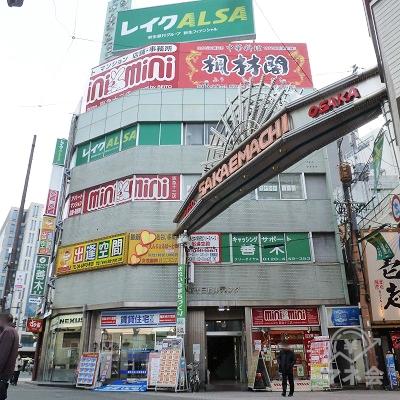 横断歩道から40mほどでレイク店舗のあるビルに到着します。