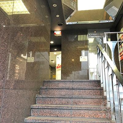 階段を上ったところにアコムがありますので注意して下さい。