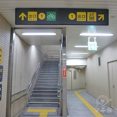 途中、エレベーターと階段に分かれますが、同じ出口に出ます。