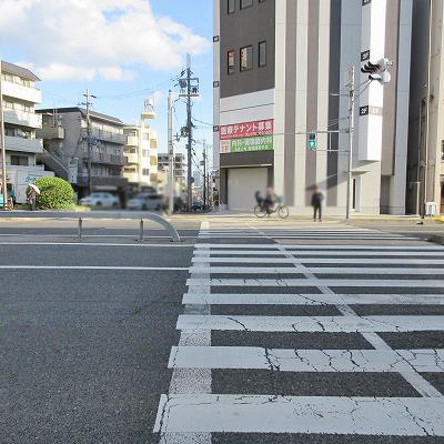 先の看板を目差し、横断歩道を渡ります。