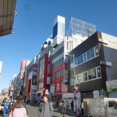 左手、商店街を見るとアイフル看板が見えます。