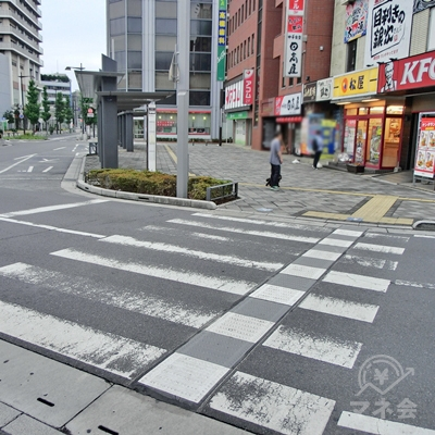 しばらく進むと左手に横断歩道が出てくるので渡ります。