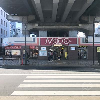 とんかつ新宿さぼてんに向かって横断歩道を渡ります。