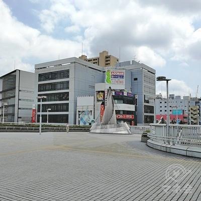 駅ビル(CELEO)まで歩き、右を向くとおしゃれな建造物があります。