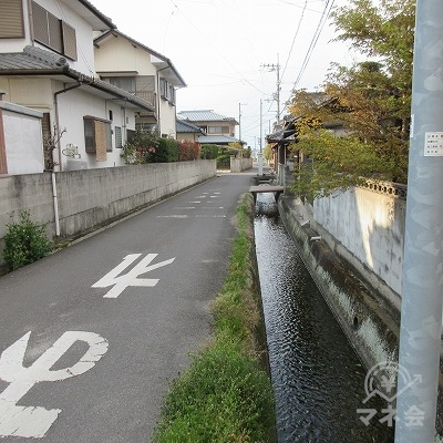 水路に(下流方向)沿って進みます。