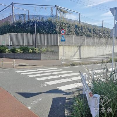 横断歩道を渡り、右に曲がりましょう。