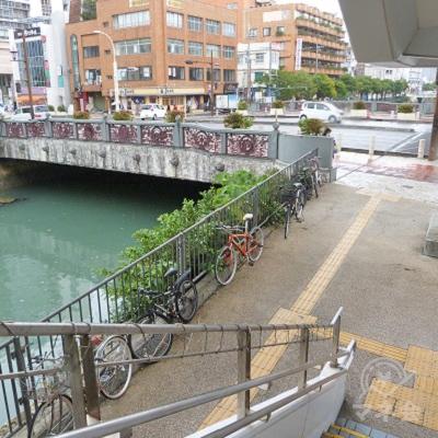階段を降りると左側に川が流れています。左に曲がり川に架かる橋を渡ります。