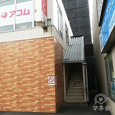 セブンイレブンの右脇の階段を登った2階に店舗があります。