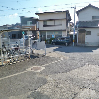 外に出たら、駅前の道を左折します。