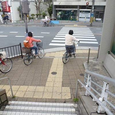 地上に下りたら、正面の横断歩道を渡ります。