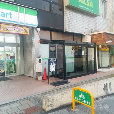 ファミリーマートの右隣の自動ドアが建物入口です。