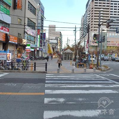 向かって左手にある横断歩道を渡ります。