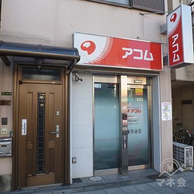 ビル(個人宅?)の1階、歩道に面した店舗です。
