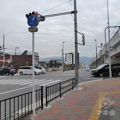交差点があります。これを左折、横断歩道を渡ります。