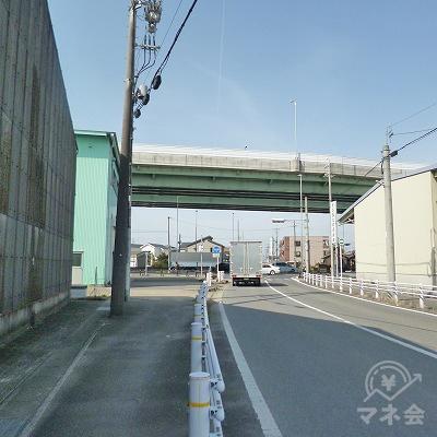 名古屋高速16号一宮線の高架が見えてきます。