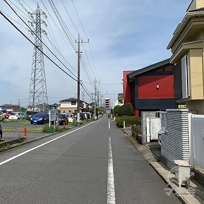 100メートルほど直進します。前方に雲龍寺の五重塔、右側に赤い夢庵の建物が見えます。