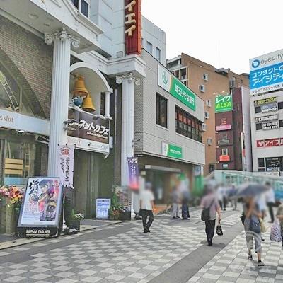 ネットカフェの前の道を歩きましょう。