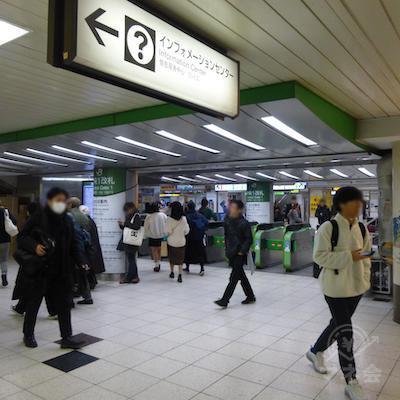 JR池袋駅の中央改札を出ます。