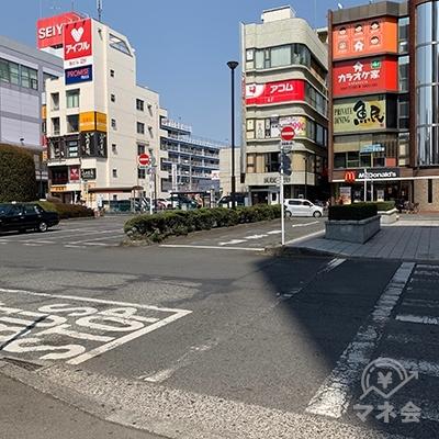 横断歩道からプロミスの看板が見えます。
