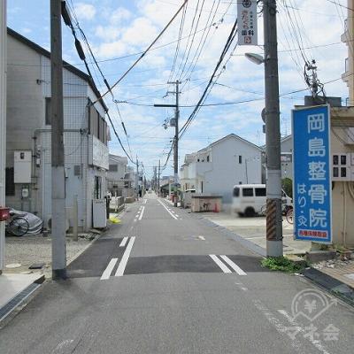 青い看板(岡島整骨院)を右手に進みます。