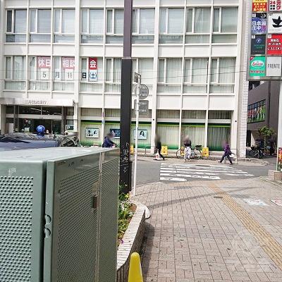 横断歩道を渡り、三井住友銀行の手前を左折します。