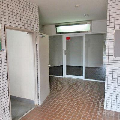 手前の扉が開いている場所は階段室で、扉奥にエレベーターがあります。