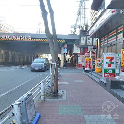 歩道を歩いて、阪神電車のガードに向かいます。