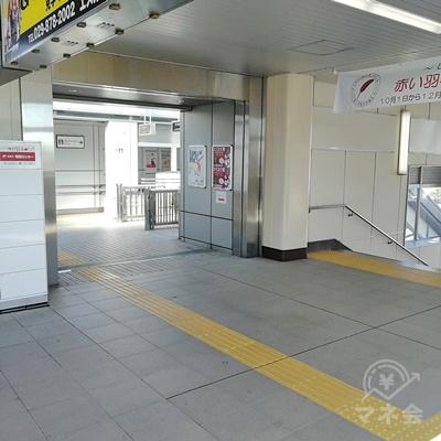 階段か左側のエスカレーターで地上に下りることができます。