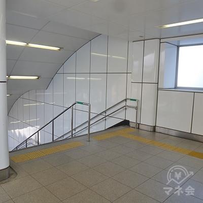 通路突き当たりの左にある階段を下り、地上に出ます。