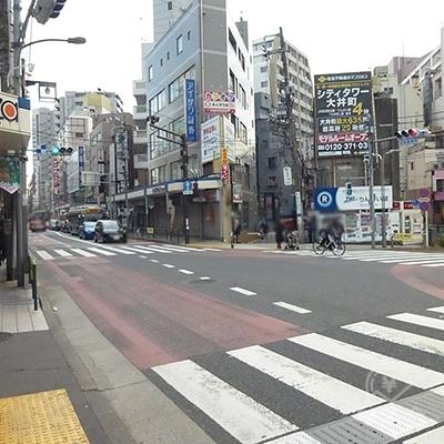駅前の横断歩道です。りんかい線の看板左手が進む道です。