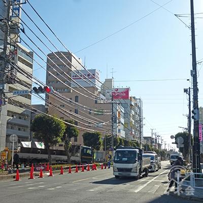 駅前の信号を対角線に渡ります。