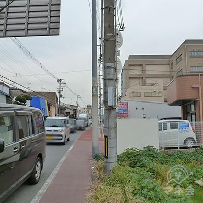 歩道の状態は悪いので、車やバイク、自転車に注意して下さい。