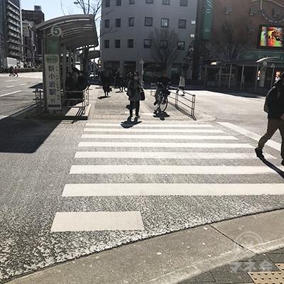 目の前の横断歩道を渡ってバス乗り場を突っ切ります。