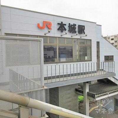 左の階段には駅名表示が確認できます。(こちらの階段からは下りません)