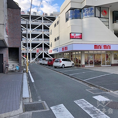 店舗前の交差点を左折します。
