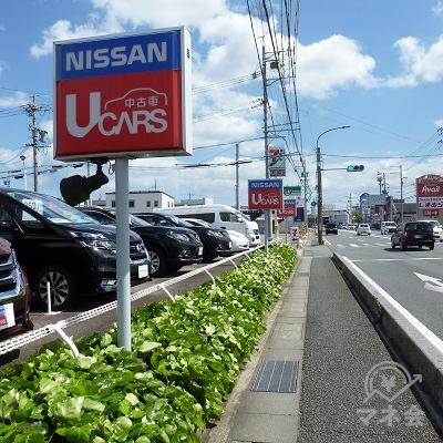 日産の中古車店前を通過する辺りでプロミスの看板が前方に見えてきます。