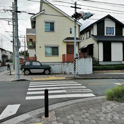 1分ほど歩くと信号があります。渡って右に曲がりましょう。