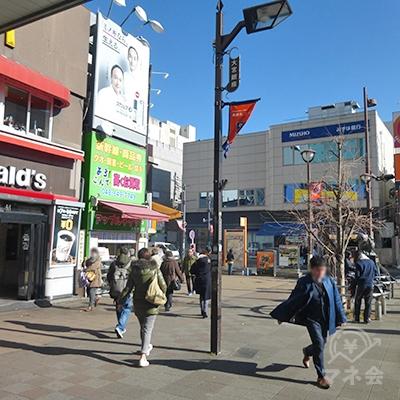 小さな駅前広場を進みます。