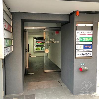 店舗が入るビルの入り口です。